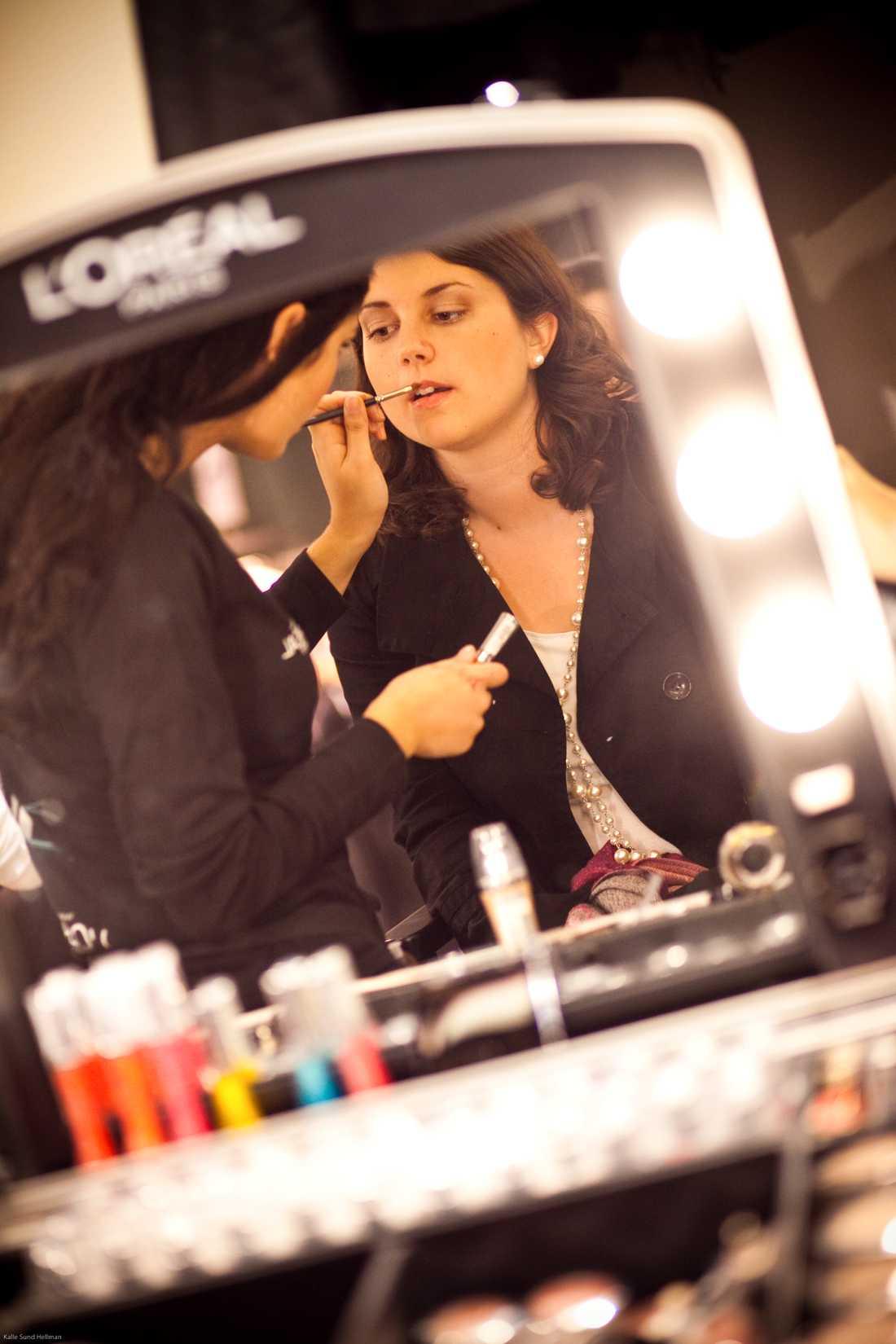 Två makeupartister från L'Oréal var på plats för att fixa makeupen på den som ville...