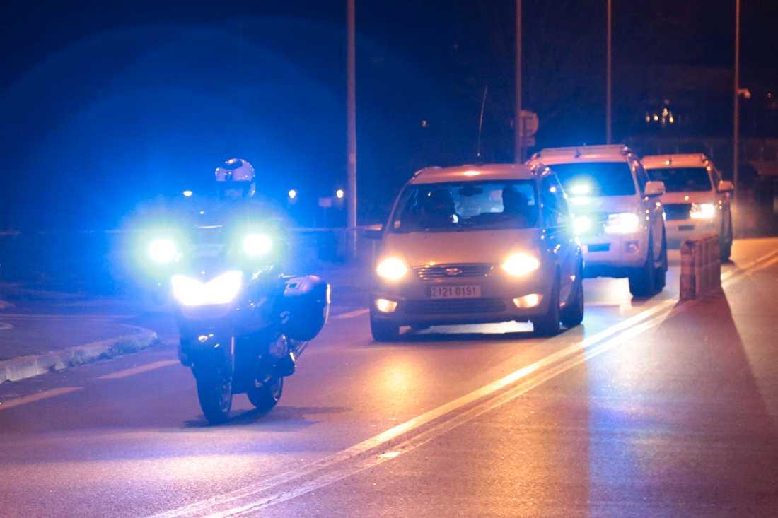 Polis eskorterar en konvoj som uppges transportera Salah Abdeslam till rättssalen.
