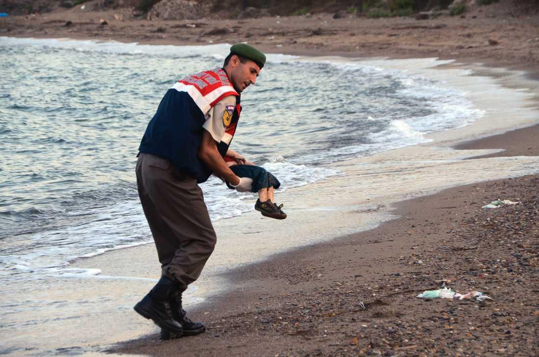 Bilderna på en turkisk polis som bär bort den döde pojken Alan Kurdi blir en symbol för flyktingkrisen 2015. Arkivbild.