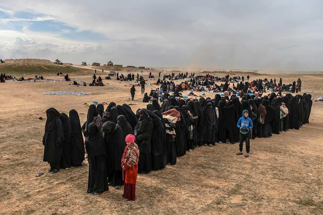 """Evakuerade människor från Baghouz vilket är IS sista fäste i Syrien. I fredags inleddes en sista attack staden av USA-stödda SDF med målet att """"rensa ut"""" de sista terroristerna."""