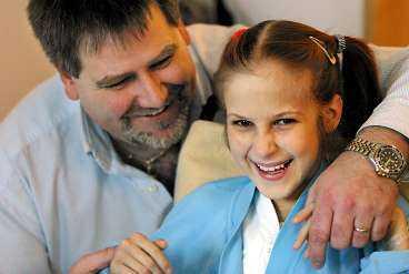 VILL ÅKA HEM Hjärtoperationen har gjort Eva glad och pigg. Nu väntar hon bara på att få åka hem till Ukraina. Till vänster missionschefen Bo Wallenberg.