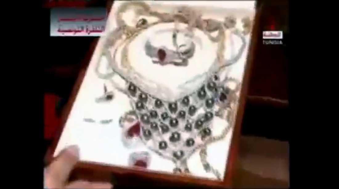 HEMLIG KAMMARE Bilderna från tunisisk tv i natt visar guld, smycken och diamanter – och miljoner i dollar- och eurosedlar. Allt hittades bakom en bokhylla i presidentpalatset.