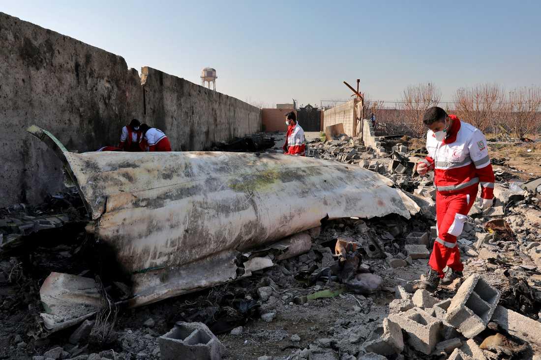 Iranska räddningsarbetare vid den sönderdelade flygplanskroppen. 176 personer dödades när iranskt luftvärn sköt ned flygplanet den 8 januari.