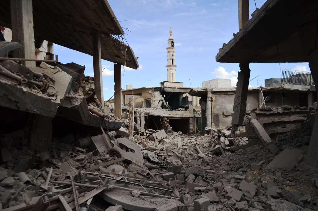 Förstörda byggnader och ett minaret i Homs efter ett flyganfall.