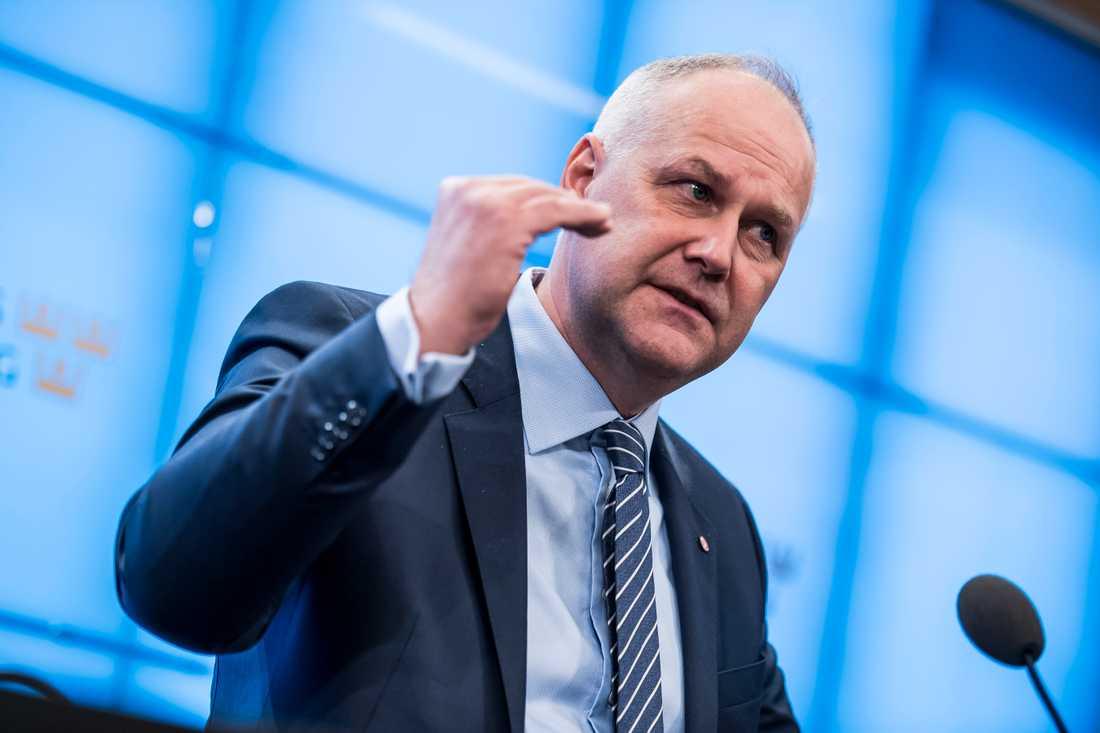 Jonas Sjöstedts hotar fälla regeringen om den föreslår förändringar i arbetsrätten.