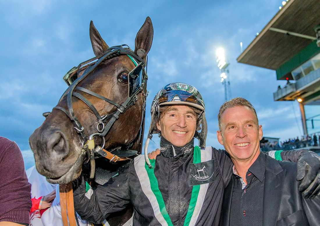 Johnny Takter tillsammans med brodern Jimmy efter deras gemensamma seger i Hugo Åbergs Memorial på Jägersro med stjärnhästen Creatine.