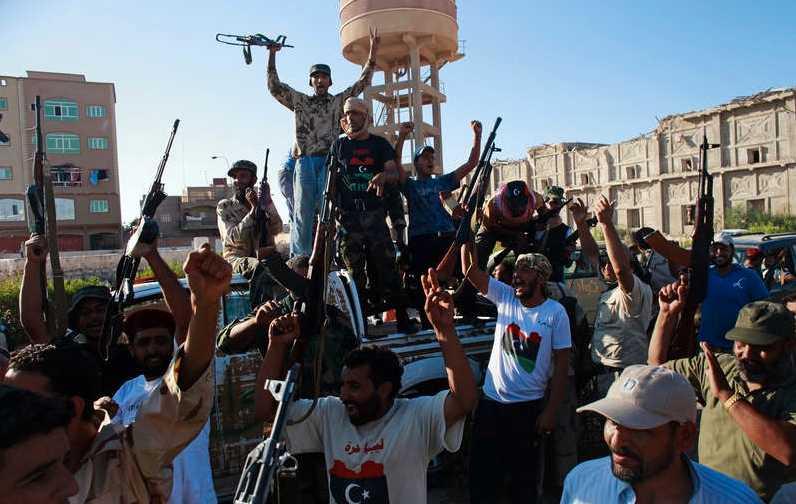 Nya strider Natos flygplan gjorde flera räder över Libyens huvudstad Tripoli tidigt på fredagsmorgonen för att ytterligare isolera Muammar Gaddafi.