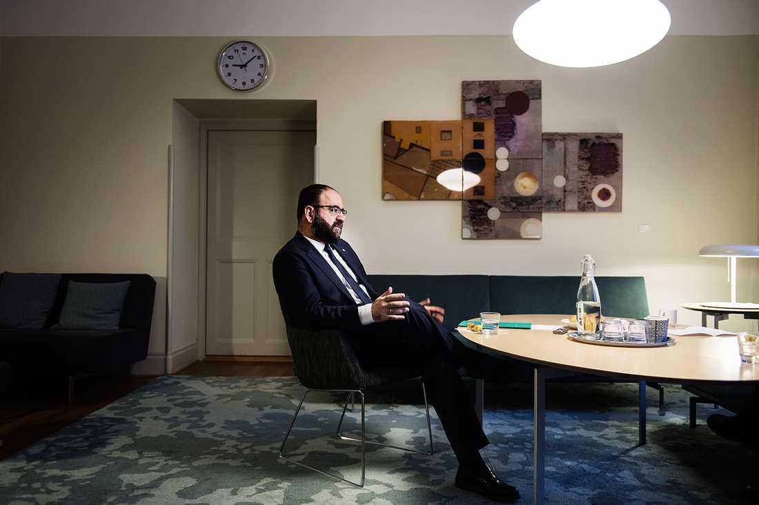 Bostadsminister Mehmet Kaplan måste själv, via sin stab, ta ansvar för vilka tillställningar han deltar i, skriver Lena Mellin.
