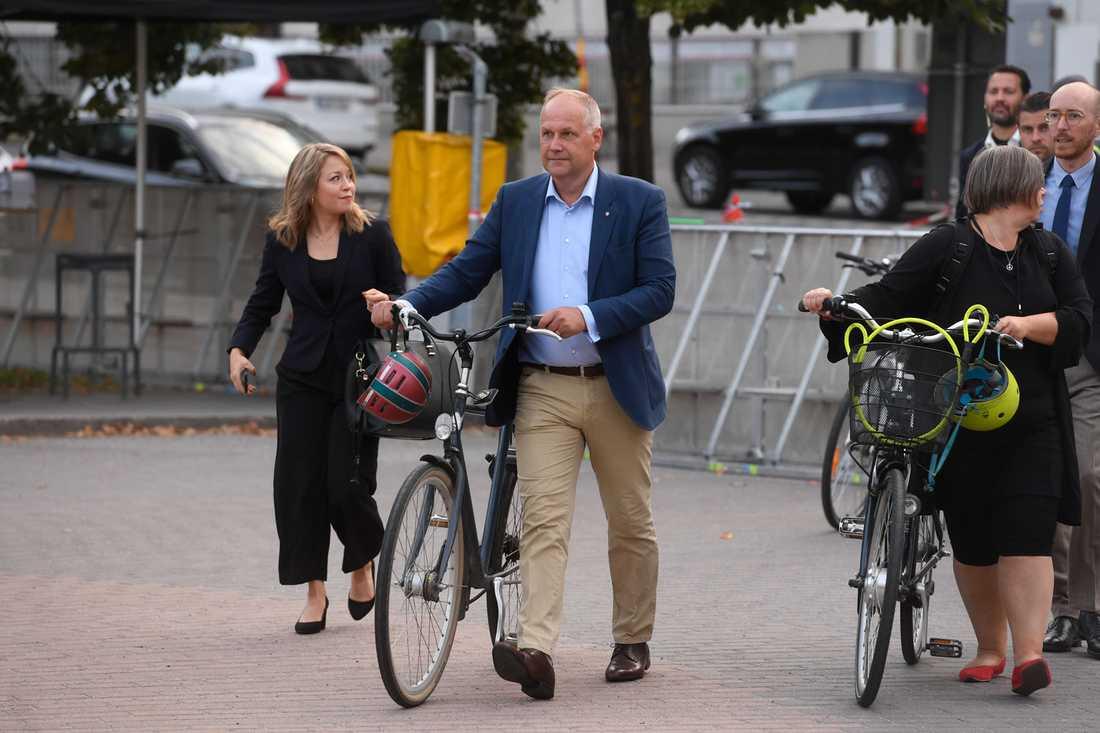 Jonas Sjöstedt tog cykeln till SVT-huset inför partiledarutfrågningen.