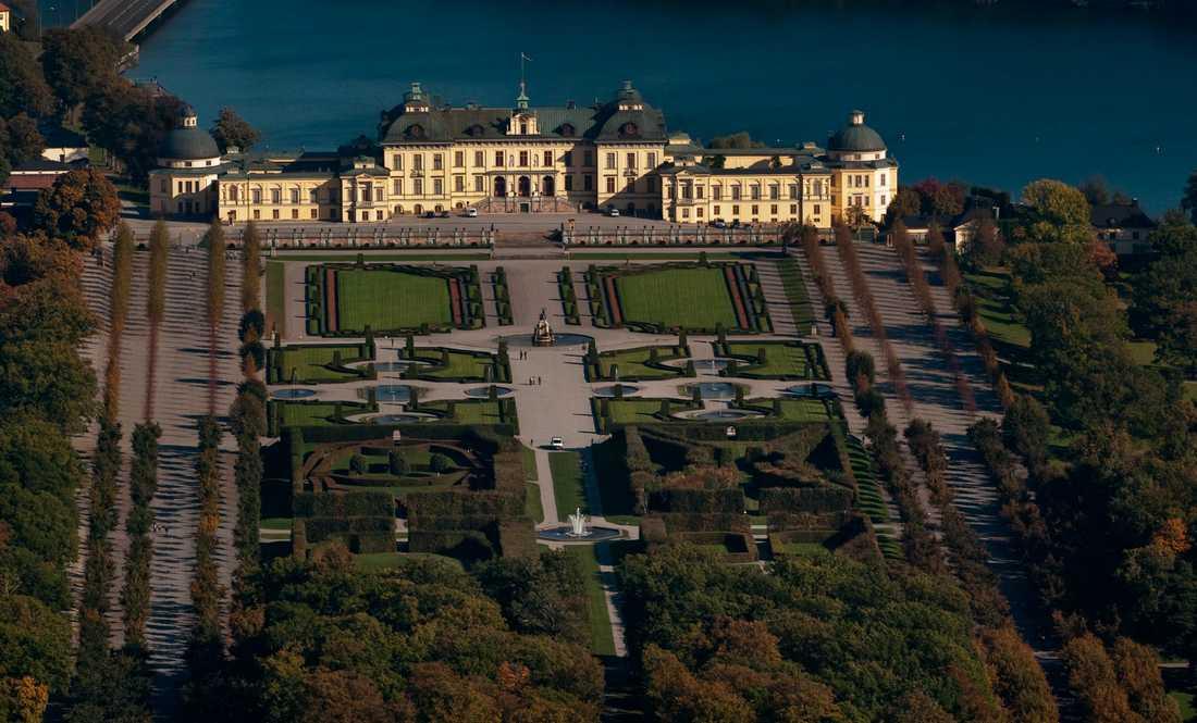 Två personer flög med drönare över slottsområdet och greps på platsen av en slottsvakt.