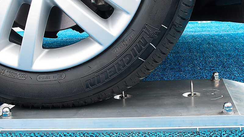 Michelins spiksäkra däck räddar kanske inte  världen, men visst blir man köpsugen. Däcket har en kletig beläggning på insidan som omedelbart tätar punkan om man kör över en spik.