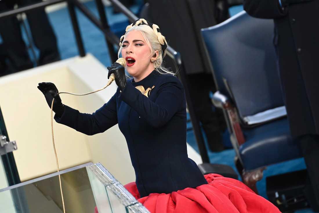 Lady Gaga sjunger den amerikanska nationalsången.
