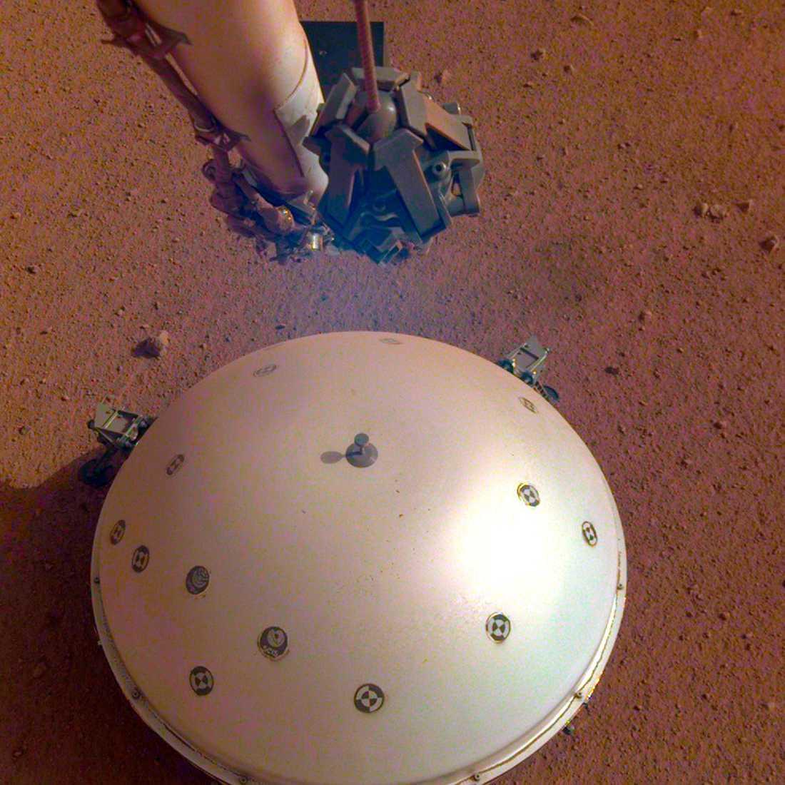 Insights landare med den värme- och vindsköld som ska skydda seismografen.