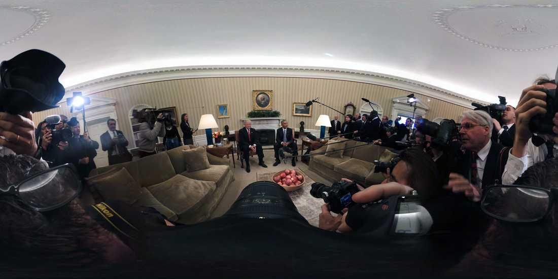 Donald Trumps och Barack Obamas möte i Vita Huset förevigat med supervidvinkel.