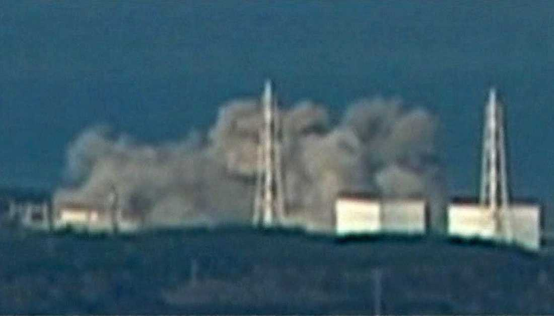 HAVERIET Röken väller ut från Fukushima 1. I går var omkring 20 av Japans totalt cirka 50 reaktorer avstängda på grund av de många efterskalven.