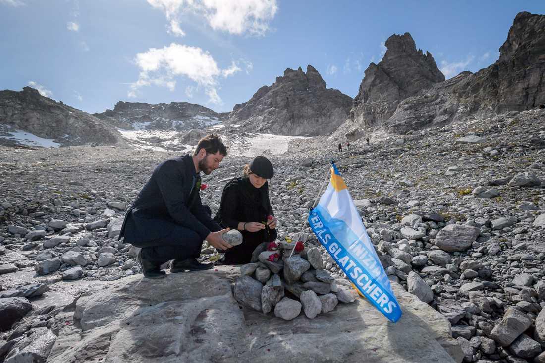 Många samlades vid glaciären Pizol i Schweiz på söndagen, i en ceremoni för att hedra glaciären som snart försvunnit.