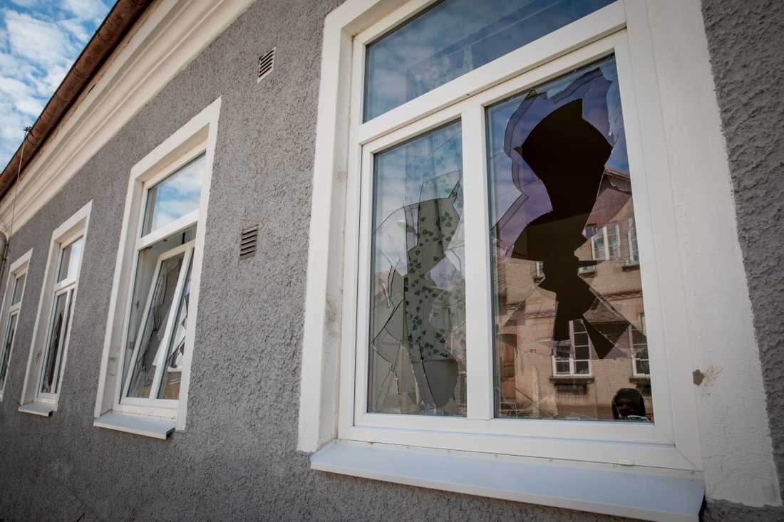 Mannen krossade flera fönster.