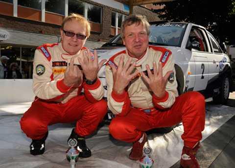 Fingrarna räcker inte till för Mats Jonsson, till höger, när han ska visa hur många SM-guld han har. Men co-drivern Johnny Johansson hjälper till.