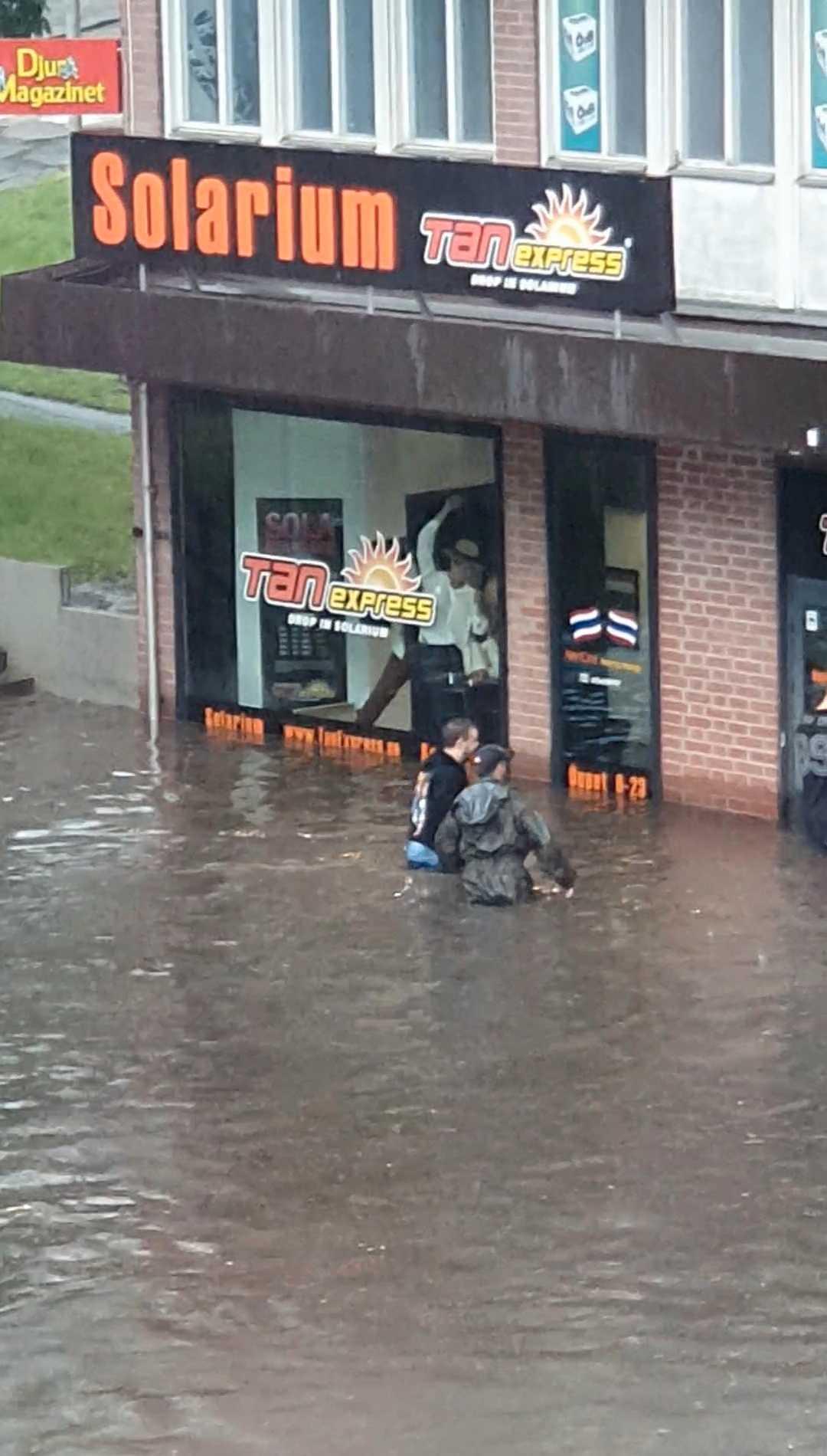 Översvämning i Farsta centrum.