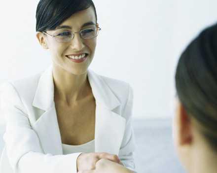 Jurister är ett yrke där kvinnor får mer i lön – men bara i unga år.