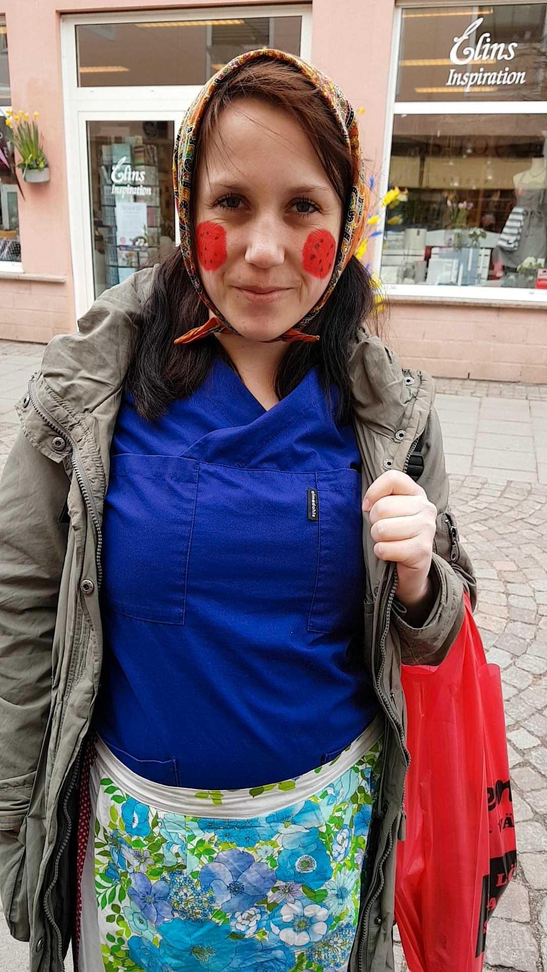 Linda klädde ut sig till påskkärring –till de äldre i Vänersborgs förtjusning.