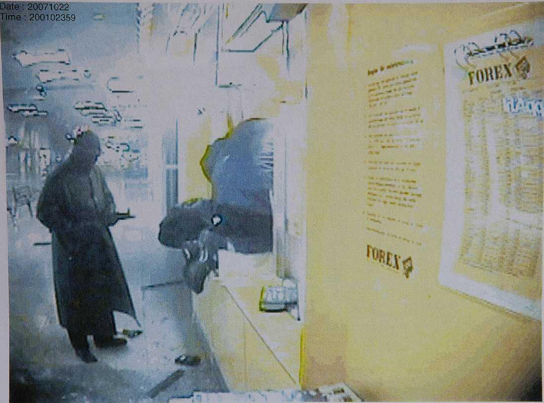 Ligan misstänks för ett rån mot Forex växlingskontor i Helsingborg i oktober 2007. De sprängde sig in i lokalen och ett flertal skott avlossades med automatvapen. Bytet blev 2 127 700 kronor.