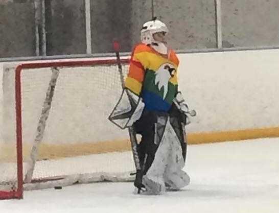 Leo älskar att spela hockey.