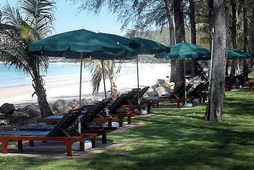 En månad efter flodvågskatastrofen såg stranden vid Bangtao Beach på Phuket ut som vanligt. Bortsett från avsaknaden av turister.