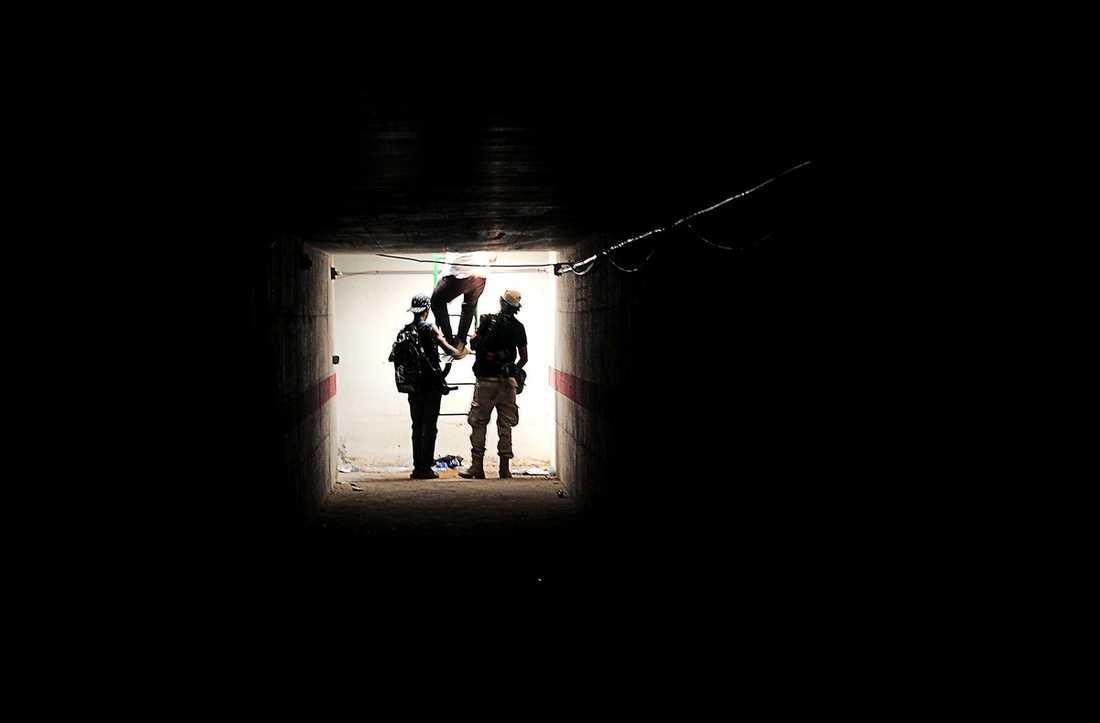 """HEMLIGA TUNNLAR Aftonbladets team i Tripoli besökte Gaddafis hemliga tunnlar i går. """"Många av Gaddafis män har flytt genom tunnlarna. De är fortfarande inte helt genomsökta, troligtvis finns det soldater kvar i systemet"""", säger ett befäl för rebellerna."""