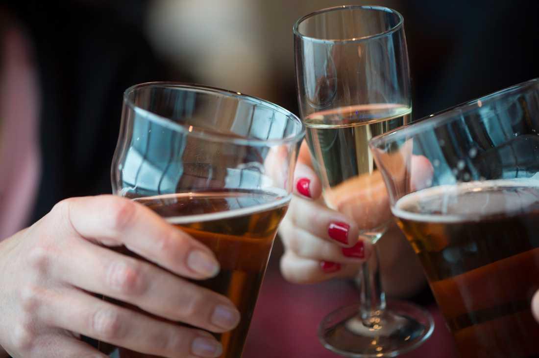 Regeringen vill ha reglering av alkoholservering till och med den 11 april. Arkivbild.
