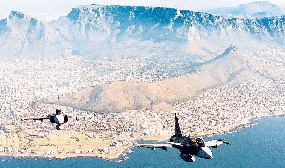 Två Jas 39 Gripen-plan över Kapstaden.