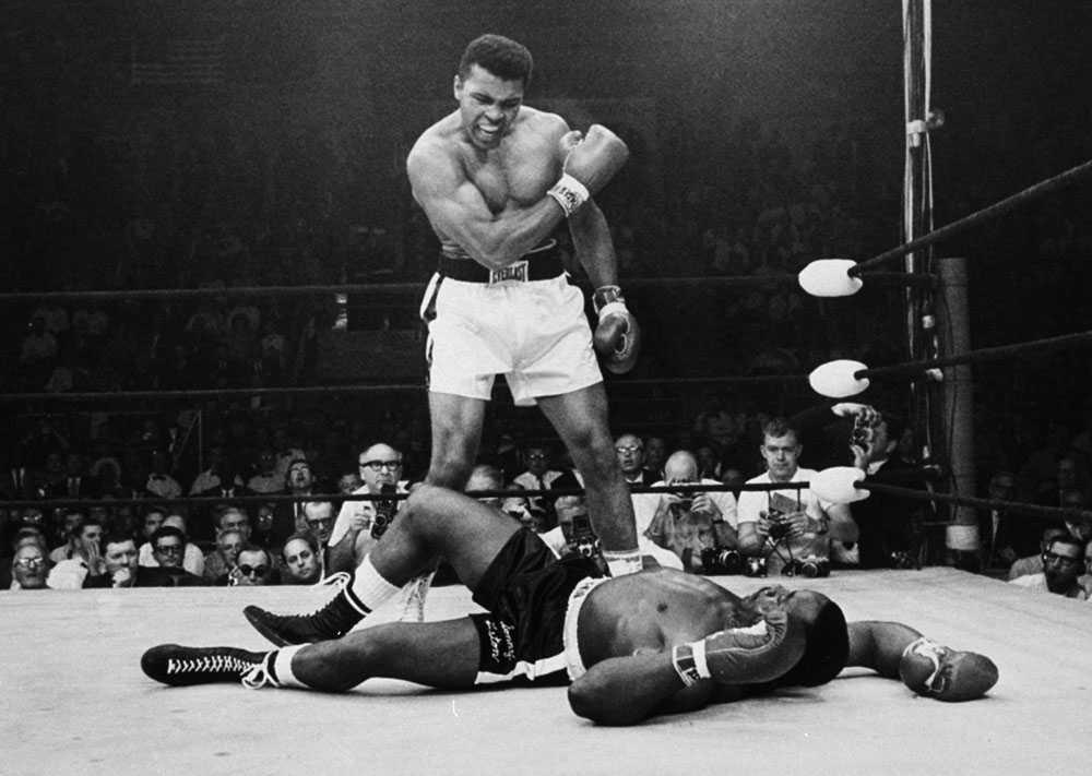 """Fantomslaget Första gången Cassius Clay och Sonny Liston möttes var 1964. Det var efter den segern som Clay ropade de numera klassiska """"I'm the greatest!"""" och """"I shook up the world!"""" Ett år senare möttes de igen, och däremellan hade Clay meddelat att han var muslim och fått namnet Muhammad Ali. Den här gången knockades Liston redan i första ronden. Slutet på matchen är omdiskuterat. De som satt ringside såg aldrig slaget som sänkte Liston och inte ens Ali var säker på att han hade träffat. Slaget döptes till """"The Phantom Punch."""" Senare granskningar visade att Ali visst träffade."""