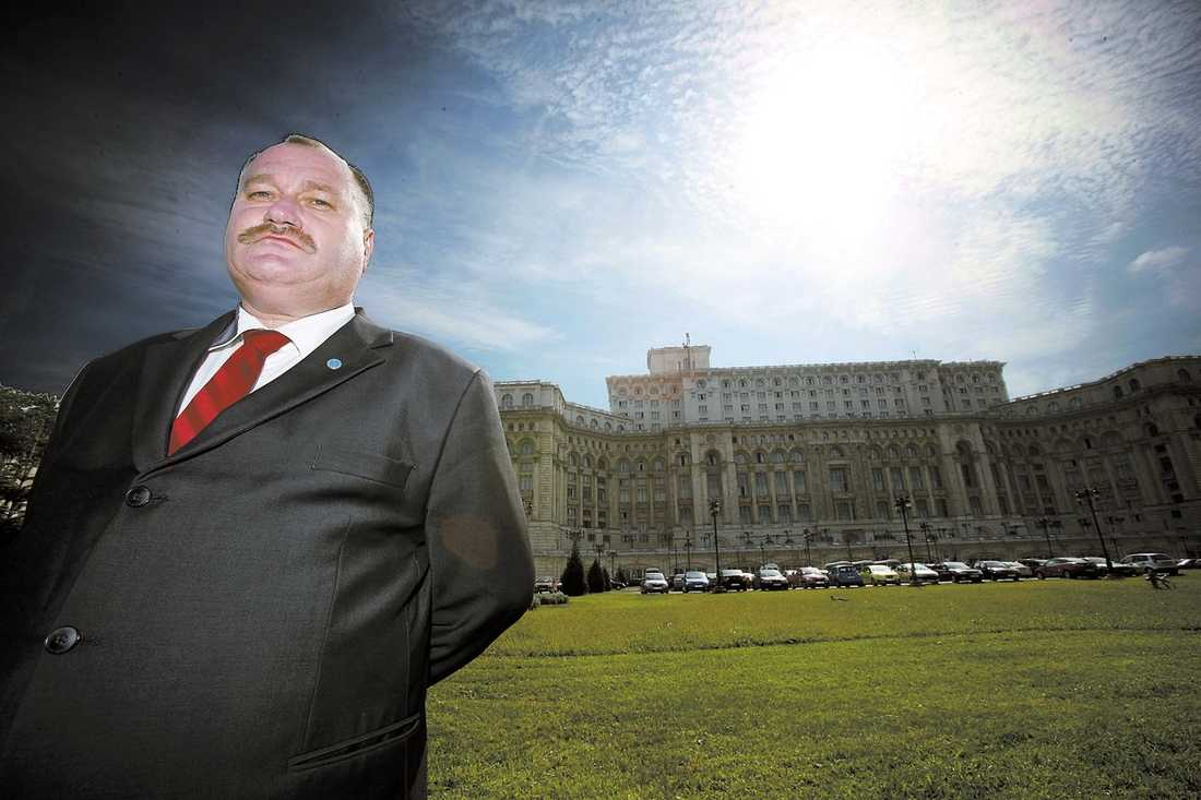 """bödeln Dorin-Marian Cirlan var en av de tre män som avrättade Nicolae Ceausescu. Ceausescu började sjunga """"Internationalen"""", arbetarrörelsens kampsång. Han hann bara någon vers innan Dorin-Marian Cirlans kulor trasade sönder hans kropp. I dag arbetar Dorin-Marian Cirlan som jurist. På bilden står han framför det pampiga palats Ceausescu lät bygga åt sig själv när hans medborgare svalt."""