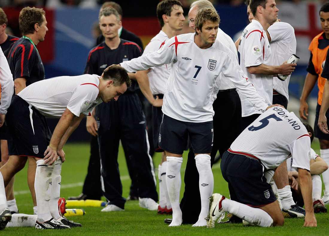 Kaptenen tröstar sina lagkamrater efter den tunga förlusten.