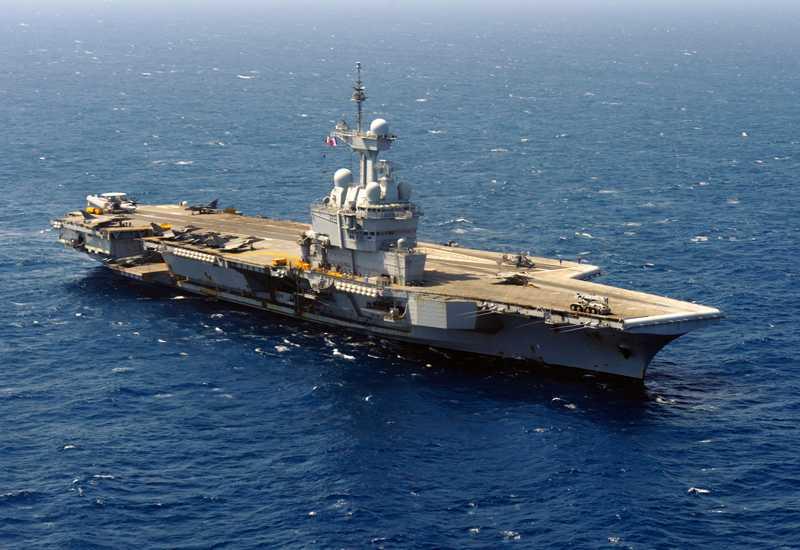 Det franska hangarfartyget Charles de-Gaulle befinner sig i Medelhavet.
