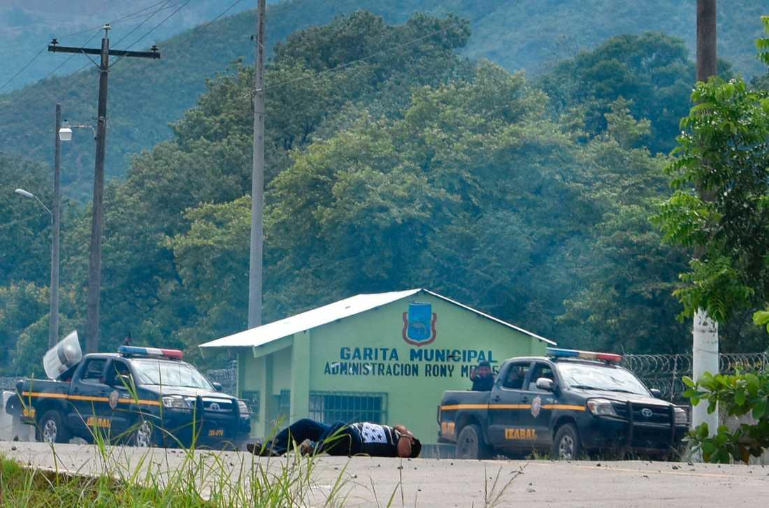 Fiskaren Carlos Maaz sköts ihjäl den 27 maj 2017, en händelse som myndigheterna förnekar. I bakgrunden syns en polis med riktat vapen.