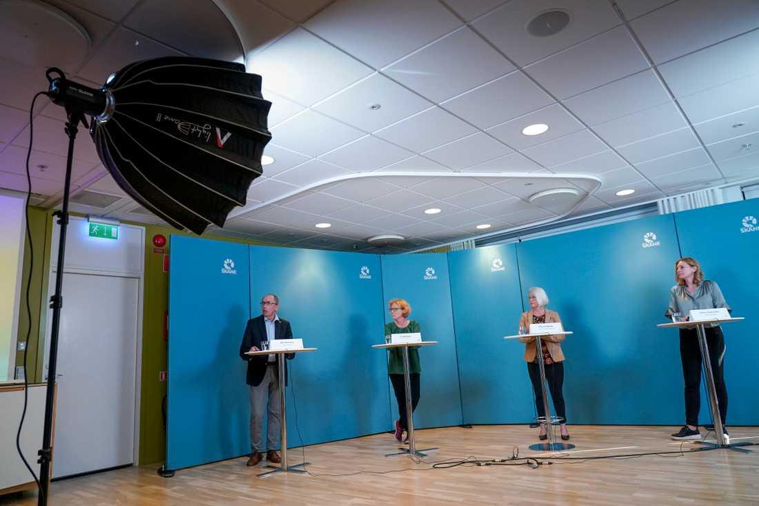 Alf Jönsson, regiondirektör; Eva Melander, smittskyddsläkare, Pia Lundbom, hälso- och sjukvårdsdirektör och Ulrika Geeraedts, utvecklingsdirektör under Region Skånes pressträff.