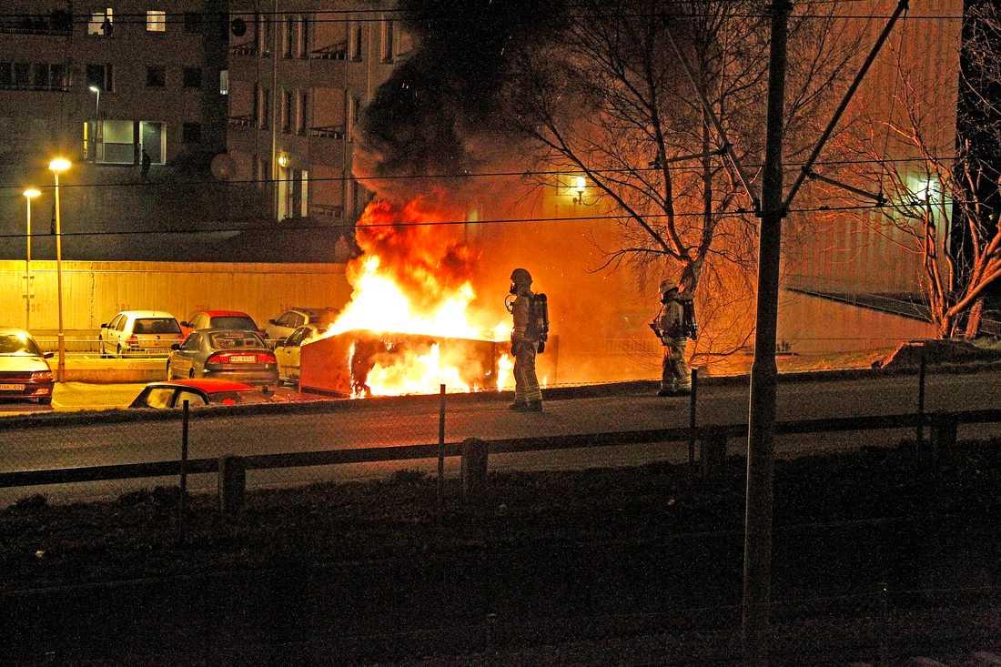 """De senaste nätterna har det brunnit i Västra Frölunda i Göteborg. """"Jag vet inte varför. Det har pratats om att det handlar om ilska mot polisen"""", säger Mats Palmgren på polisen i Storgöteborg. I förorten Backa har ungdomar bränt bilar, kastat sten och brandbomber. """"Det handlar om revir"""", säger insatschef Tommy Johannesson."""