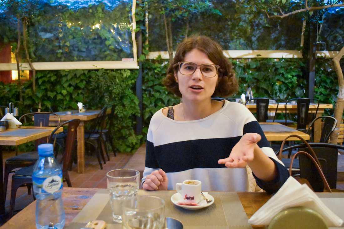 Unga statsvetaren Alba Brojka tror på Albaniens framtid, men oroas över att många unga väljer att lämna landet.