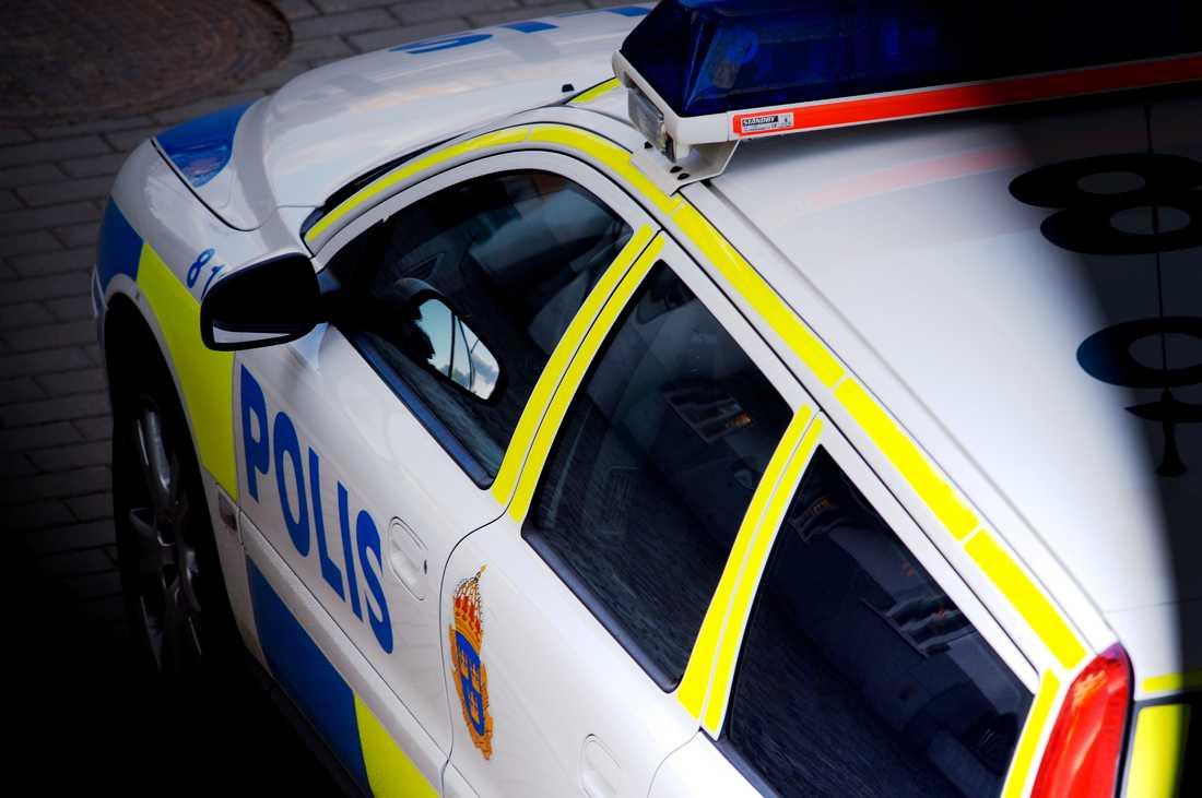 När polisen skulle ingripa vid bråk under en skolturnering i Malmö kastades bland annat föremål mot en polisbil. Arkivbild.