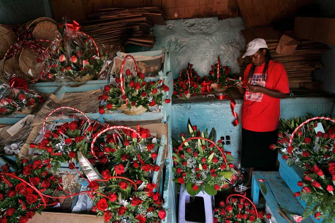 En försäljare gör sig redo för alla hjärtans dag i Kenya.