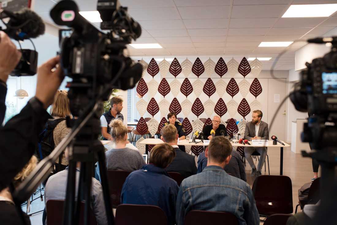 Helén Kelly vid polisen, Hans Ytterberg vid Statens haverikommission och Björn Bäckström från Rättsmedicinalverket vid en presskonferens på måndagen.