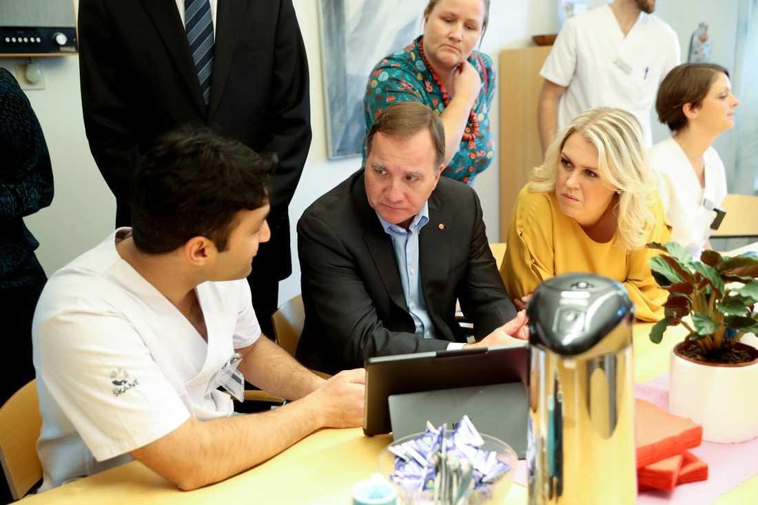 Statsminister Stefan Löfven vid onsdagens besök i Skåne där han uttalade sig om de svenska barnen i syriskt läger (tv läkaren Damon Tojjar och th socialminister Lena Hallengren).