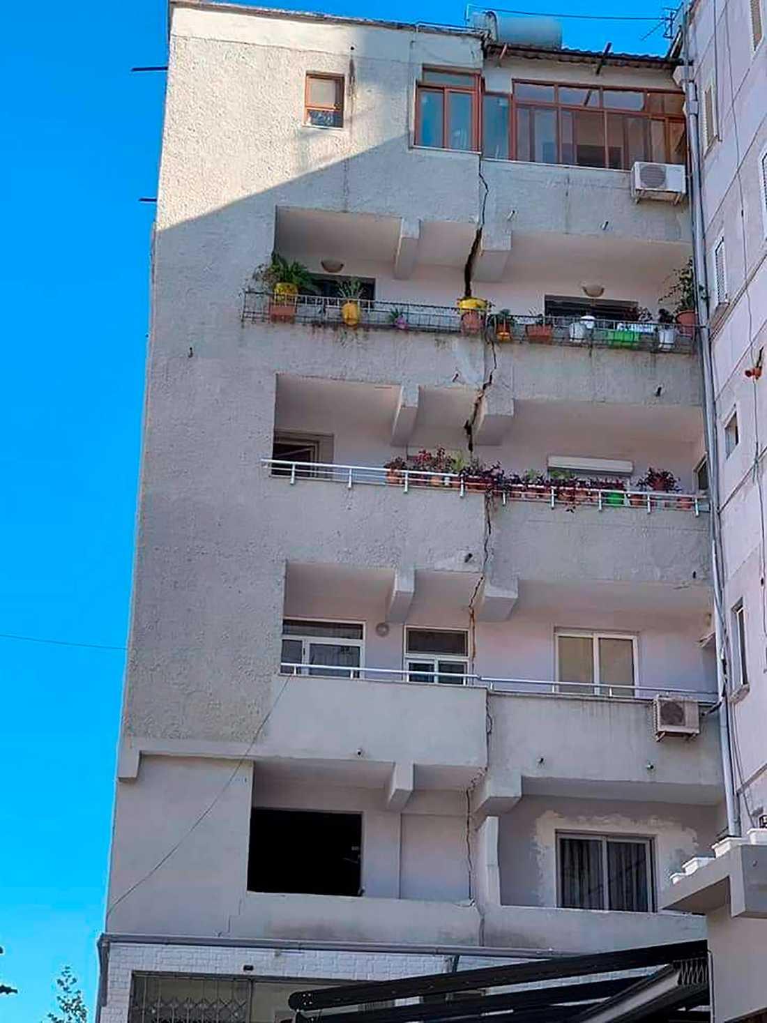 Totalt 97 hus skadades i huvudstaden Tirana och i Durres.