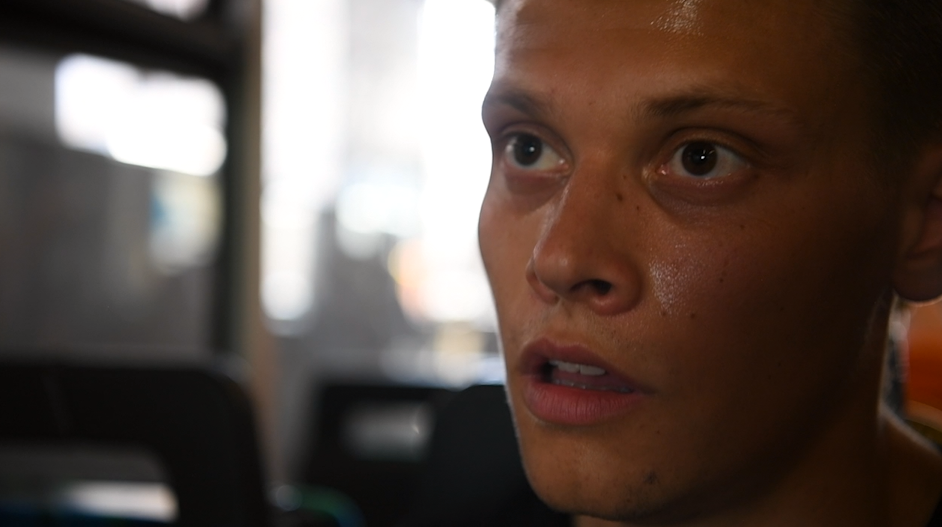 Reporter August Håkansson svettas i värmen.