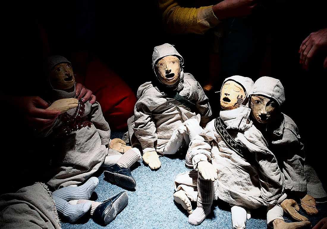 Publiken interagerar med dockorna på Orionteatern i Stockholm.