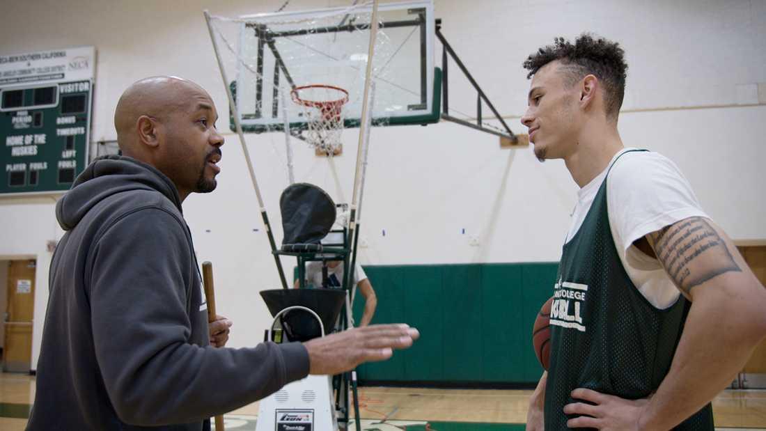 """Coachen John Mosley (till vänster) och lagkaptenen Deshaun Highler i """"Last chance u: basketball""""."""