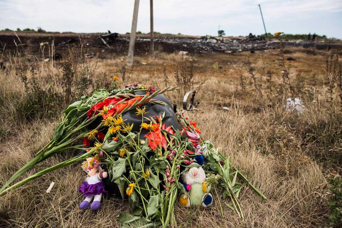 Ett offer har hedrats med blommor.