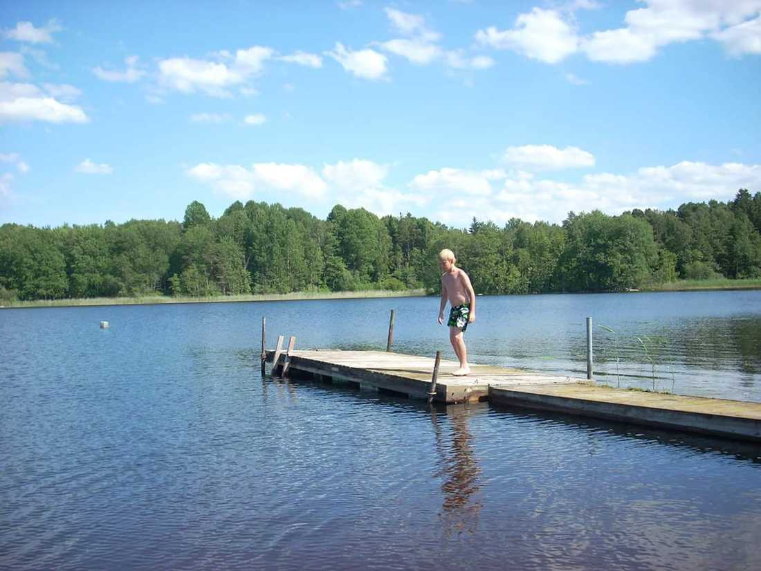 Tinos brygga vid normal vattennivå.