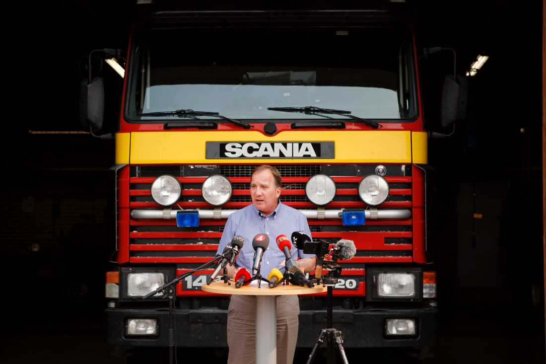 Statsminister Stefan Lövfen höll presskonferens i Ljusdal i juli på grund av skogsbränderna som härjade i Sverige.